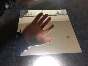 普通の鏡と同じように写っている鏡シール